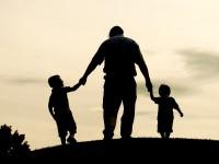 Ο πατέρας μπορεί να προλάβει το «πρόωρο» κάπνισμα των παιδιών